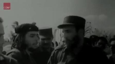 Fidel Castro parla con Che Guevara durante un appuntamento pubblico