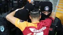 Galatasaray, il toccante abbraccio di Yasin Öztekin ai poliziotti dopo gli attentati di Istanbul