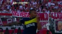 River Plate-Boca Juniors, Tevez segna un gol stupendo contro i rivali e bacia la maglia