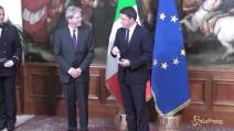 Renzi consegna la campanella al nuovo Presidente del Consiglio, Paolo Gentiloni