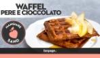 Waffel al cioccolato con pere, una ricetta per colazione e merenda