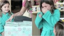 La bimba riceve un enorme regalo di Natale: quando apre la scatola, non trattiene le lacrime