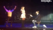 Morata sul palco dell'illusionista: proposta di matrimonio a sorpresa alla sua Alice