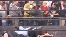 Metterli ko non gli basta: il wrestler invita il pubblico a infierire sui suoi avversario