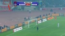 Il disastroso rigore di Malouda: il pallone quasi esce dallo stadio