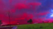 Il cielo all'improvviso si colora di rosso: lo spettacolare fenomeno il giorno di Natale