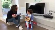 Il piccolo Andrea con la chitarra incanta Gianni Morandi