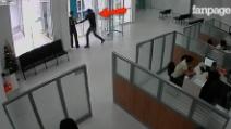 Entra in banca e minaccia la guardia giurata, che apre il fuoco: la telecamera filma tutto