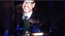 Elton John canta ricordando George Michael e si commuove