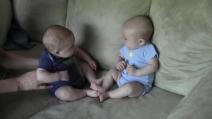 I gemellini che non si erano mai visti primi: il primo incontro è da favola