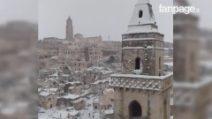 Matera, la neve cade sui Sassi: lo spettacolare centro storico imbiancato