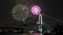 Tokyo dà il benvenuto al 2017: fuochi d'artificio sopra il Rainbow Bridge