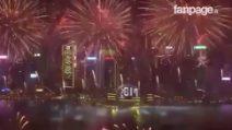 Capodanno a Hong Kong, countdown poi un'esplosione di colori: immagini spettacolari