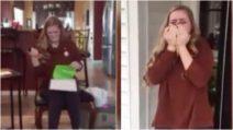 Apre la scatola e scoppia in lacrime: 16enne riceve da sua madre un regalo straordinario
