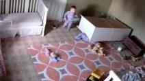Il bimbo di 2 anni salva il fratellino gemello intrappolato sotto l'armadio