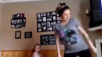 All'ottavo mese di gravidanza, balla con la sua bimba di 6 anni: una scena dolcissima