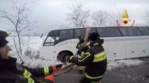 Emergenza neve, a Sigillo un autobus finisce fuori strada: 2 feriti, le immagini dei soccorsi