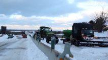 Emergenza neve in Puglia: spazzaneve in difficoltà sulla statale 96