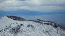 Vesuvio, lo spettacolo della neve: suggestive immagini aeree del vulcano imbiancato