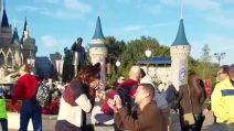 """Porta la fidanzata a Disneyland per farle una sorpresa """"da favola"""""""