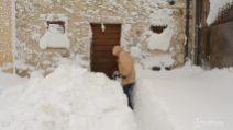Colfiorito (Foligno), completamente sommerso dalla neve: la gente spala per uscire di casa