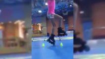 Balla sui pattini: incredibile cosa riesce a fare questa bambina