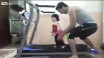 Il padre la fa correre sul tapis-roulant: la bambina scoppia in lacrime