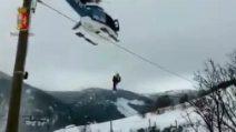 Emergenza neve, 4 persone salvate in elicottero a Teramo: le immagini della polizia