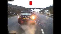 L'auto frena bruscamente in autostrada: l'incidente coinvolge tre veicoli