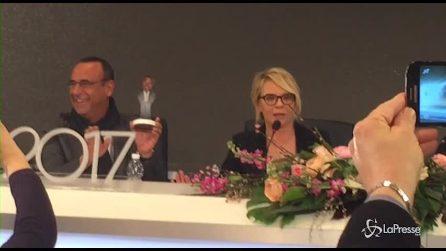 Sanremo, Maria De Filippi consegna l'Oscar a Carlo Conti