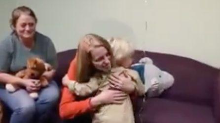 La mamma e il suo bambino riuniti dopo un anno: il commovente abbraccio
