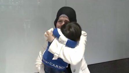 Errore sul passaporto divide mamma e figlio: l'emozionante abbraccio in aeroporto dopo 4 mesi