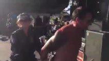 Cantante arrestato durante il concerto: lo scherzo fatto ai fan