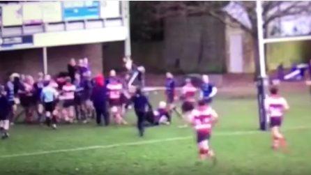 Pugno al giudice di linea durante una partita di rugby, scatta la rissa in campo