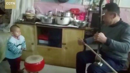 A 3 anni suona il tamburo tradizionale insieme a suo nonno: bimbo prodigio in Cina