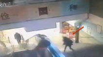 Distratta dal cellulare, inciampa: la brutta caduta della ragazza in stazione