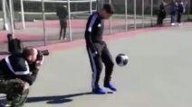 Papu Gomez palleggia prima di uno spot: che classe