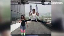 Elisabetta Canalis alle prese con lo yoga che sfida la gravità