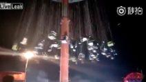 La giostra crolla all'improvviso: 9 feriti, terribile incidente in Cina