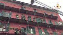 Milano, incendio in via Fara: 50 famiglie evacuate, l'intervento dei vigili del fuoco