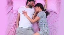 Come dormi con il tuo partner? La posizione rivela molto sul vostro rapporto