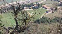 Due bambini uccisi a Trento, l'elicottero cerca il padre