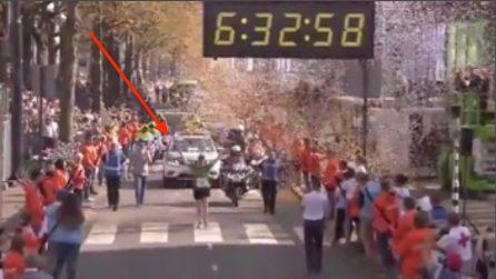 Arriva ultima alla maratona di Rotterdam e il pubblico la accoglie così