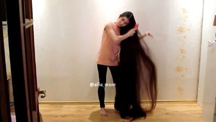 Non taglia i capelli da 20 anni per assomigliare alle principesse delle  favole 4507a2187567
