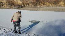 Rapaz joga uma pedra no rio gelado: veja o que ele causa