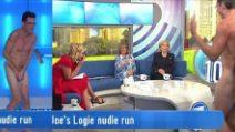 Homem nu ao vivo na tv, veja o que ele faz na frente da apresentadora e suas convidadas