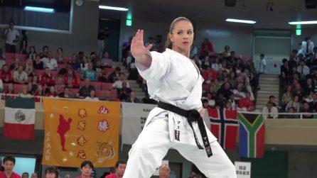 Si esibisce davanti la giuria: la bella karate girl brasiliana è impeccabile