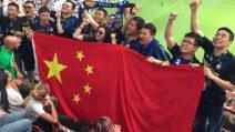 Tifosi cinesi dell'Inter festeggiano sugli spalti di San Siro durante il derby