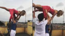 Il vento le alza la gonna: Barbara D'Urso e i problemi durante le prove