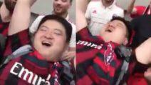 Derby, i tifosi del Milan sollevano un tifoso cinese e fanno festa